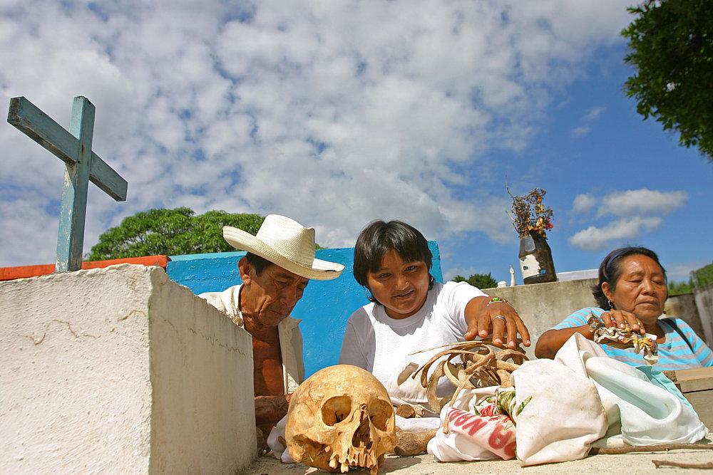 La Fiesta de Muertos en Campeche (México) se celebra dando brillo a sus huesos